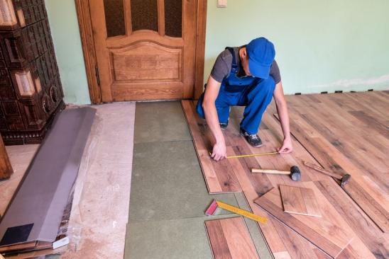 worker (master) install the laminate floor